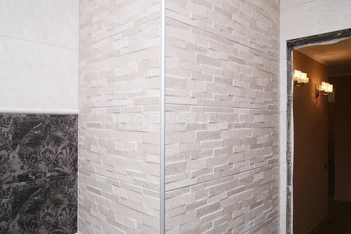 Объёмная светлая плитка под кирпич в интерьере